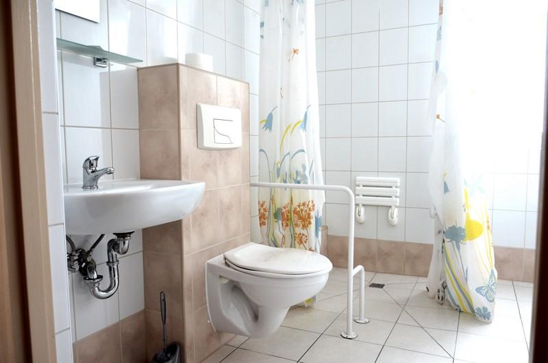 Toaleta w pokoju do noclegu